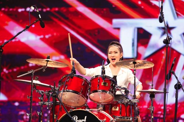 Cô gái xinh đẹp Mi Ngân khiến giám khảo bất ngờ với tài năng đánh trống.