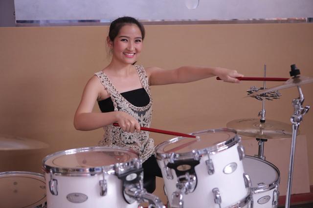 Hotgirl đánh trống Mi Ngân cũng đã sẵn sàng cho màn trình diễn của mình.