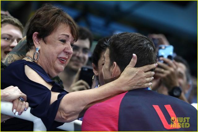 Bà Debbie âu yếm choàng tay qua đầu con trai sau chiến thắng thuyết phục.