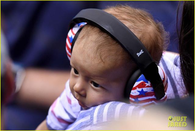 Để tránh tiếng ồn, Boomer luôn được đeo tai nghe khi xuất hiện tại nơi thi đấu.