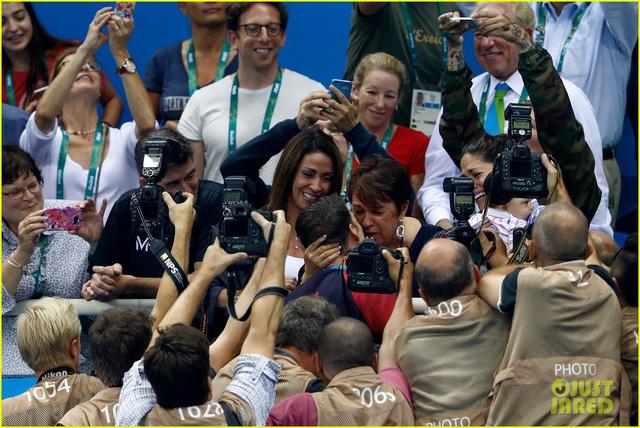 Michael Phelps ôm hôn mẹ.