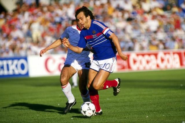 1 - Michel Platini. Có thể trên cương vị của một người làm lãnh đạo công tác bóng đá, Michel Platini đã để lại nhiều điều tiếng, tuy nhiên, những người yêu bóng đá không ai có thể phủ nhận tài năng của cựu cầu thủ số 10 ĐTQG Pháp. Chỉ trong 1 kỳ Euro 1984, Michel Platini đã ghi được tới 9 bàn thắng/5 trận - một kỷ lục cho tới ngày nay vẫn chưa ai có thể vượt qua được.