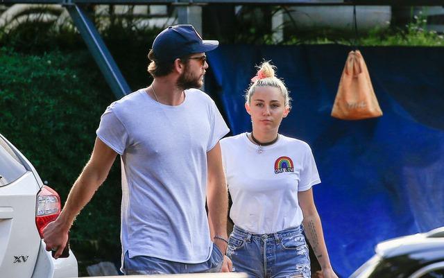Miley và Liam tại Byron Bay vào cuối tháng 4 vừa qua. Trước khi tái hợp vào đầu năm nay, Miley và Liam đã có hơn 2 năm gián đoạn tình cảm. Trước khi chia tay vào hơn 2 năm trước, cặp đôi đã đính hôn. (Ảnh: E Online)
