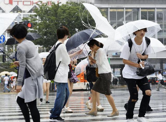 Bão Mindulle gây mưa và gió lớn tại Tokyo. Ảnh: AP
