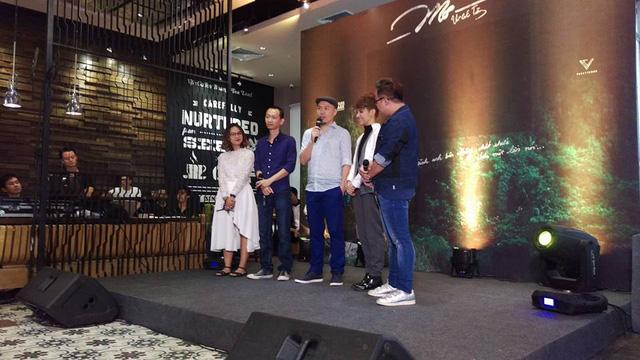 Nhạc sĩ Thanh Tâm (thứ 2, ngoài cùng bên trái), nhạc sĩ Huy Tuấn và Vũ Cát Tường trong buổi họp báo chiều 4/1. (Ảnh: Lê Thanh Tâm FB)
