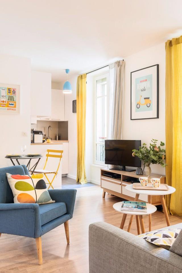 Bước chân vào căn hộ này, bạn sẽ thấy không khí mùa hè ngập tràn bởi màu nắng rực rỡ và không gian thoáng đãng.