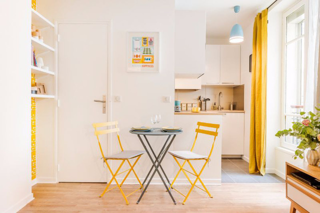 Mặc dù có diện tích khiêm tốn 25m2 nhưng căn hộ vẫn mang đến cảm giác thoải mái và tiện nghi nhờ đồ nội thất trẻ trung và cách bố trí hợp lý.