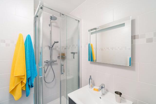 Phòng tắm cũng được tạo điểm nhấn bằng vật dụng mang gam màu vàng - xanh đậm chất mùa hè.