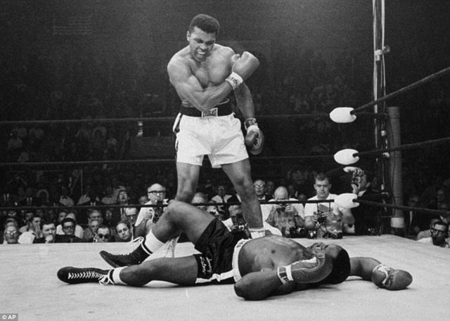 Năm 1965, Ali khiến cả thế giới choáng váng khi hạ knock-out Liston ngay ở phút đầu tiên của hiệp một trong trận tái đấu.Trước đó, Muhammad Ali giành chức vô địch quyền anh hạng nặng thế giới lần đầu tiên ở tuổi 22. Nhà vô địch khi đó Sonny Liston được đánh giá cao hơn nhưng đã thất bại trước Ali, khi đó vẫn mang tên Cassius Clay sau 7 hiệp đấu vào năm 1964. Ảnh: AP