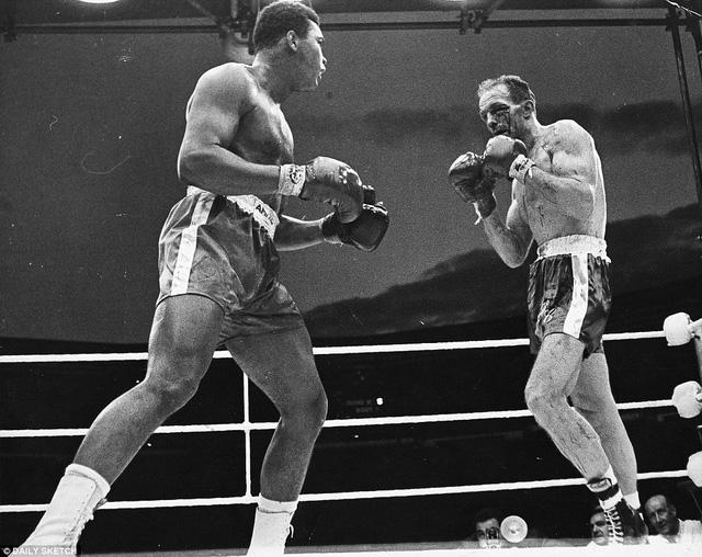 Ali đánh bại Cooper sau 6 hiệp, với một cú đấm tóe máu ở mắt trái của đối thủ. Khi Cooper qua đời năm 2011, Ali đã nói: Tôi sẽ rất nhớ anh bạn cũ ấy - một chiến binh tuyệt vời và một quý ông đích thực. Ảnh: Daily Sketch