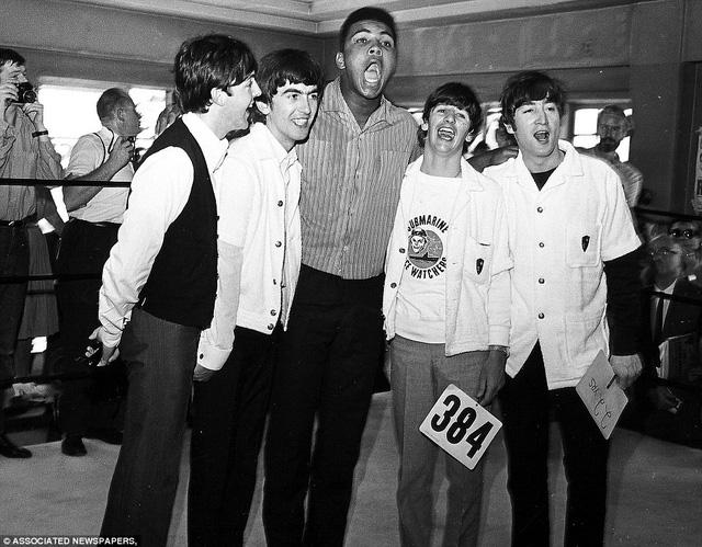 Muhammad Ali gặp gỡ ban nhạc huyền thoại của Anh, The Beatles khi chuẩn bị cho trận đấu với Sonny Liston vào năm 1964. Ảnh: Associated Newspapers