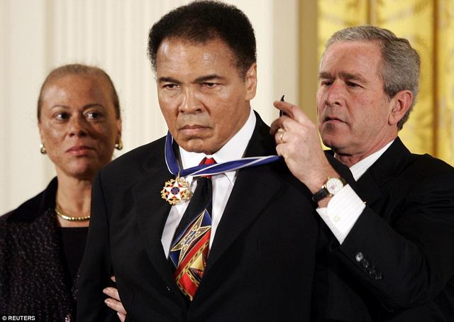 Ali đã nhận được Huân chương Tự do Tổng thống từ cựu Tổng thống George W Bush tại Nhà Trắng vào năm 2005. Ảnh: Reuters