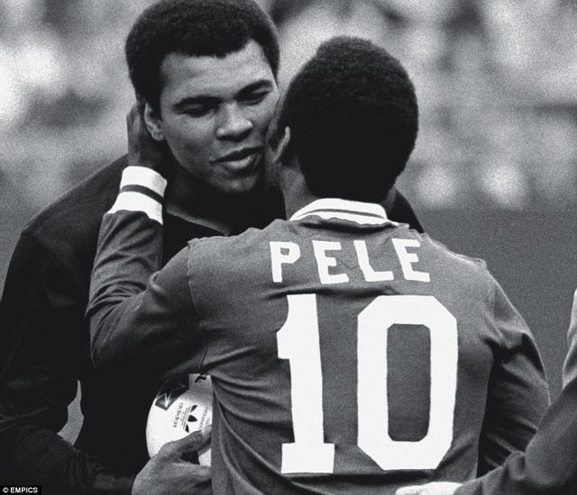 Ali ôm huyền thoại bóng đá Brazil, Pele trong trận đấu cuối cùng của ông tại New York vào năm 1977. Ảnh: Empics