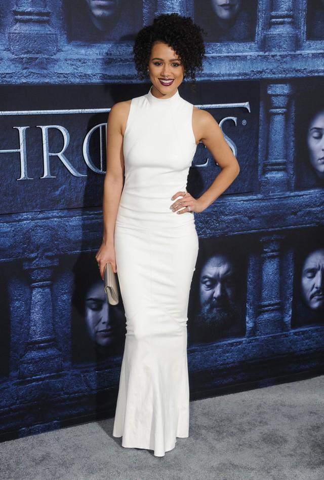 Nathalie Emmanuel khoe dáng chuẩn với đầm trắng của Jitrois.