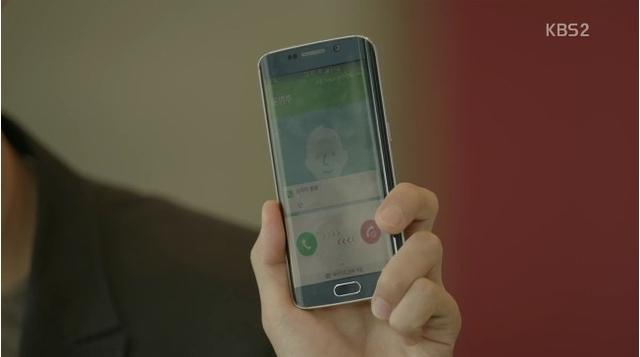 Chiếc Galaxy S6 Edge+ thường xuyên xuất hiện trong phim (Ảnh: blog.naver.com)