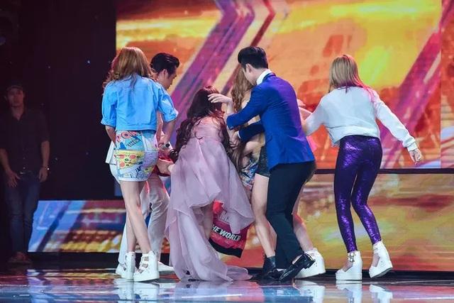 Ngay sau khi Chung Thương bị ngất, các thí sinh và giám khảo Dương Khắc Linh đã đến hỗ trợ đưa cô rời sân khấu