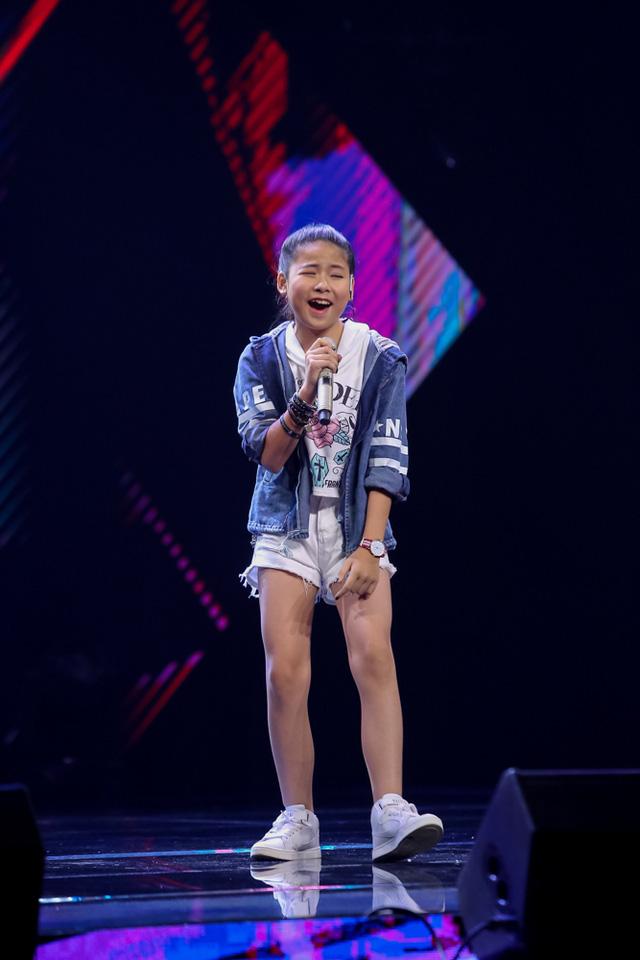 Cô bé Linh Nhi khoe chất giọng đầy nội lực với nhạc phẩm Treasure cùng phong cách trình diễn tự tin.