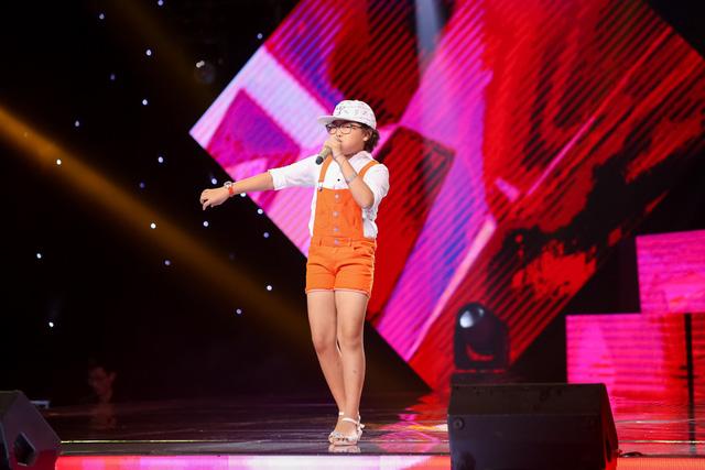 Mở màn chương trình, giọng ca 9 tuổi Nguyễn Ngọc Hà Chi đã khấy động không khí với chất giọng mạnh mẽ qua ca khúc Đừng ngồi yên trong góc tối.
