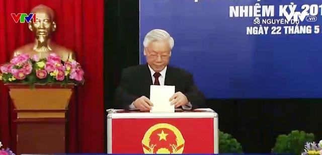 Tổng Bí thư Nguyễn Phú Trọng bỏ phiếu bầu cử sáng 22/5.