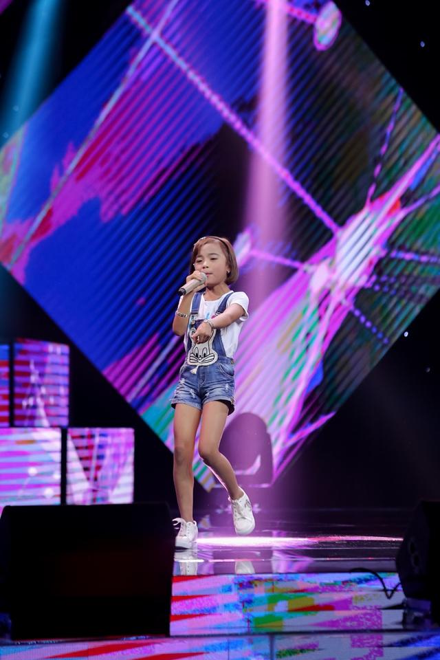 Kế đó, giọng ca nhí Nguyễn Thị Thúy Phượng vừa hát vừa đọc rap ca khúc Hai cô tiên khiến 3 HLV vô cùng thích thú.