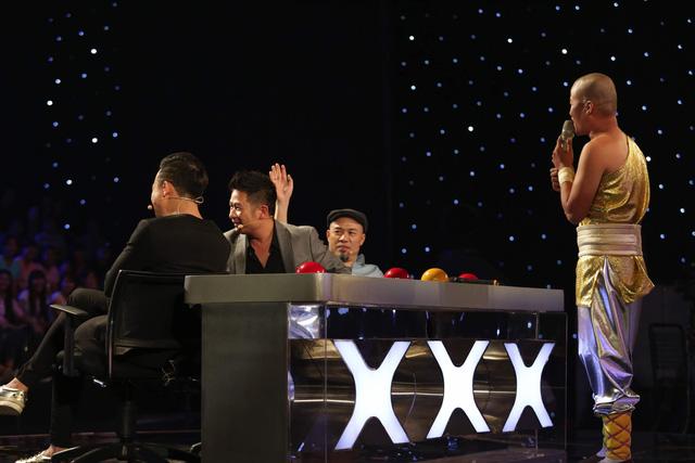 Các giám khảo nhường nhau lên sân khấu hỗ trợ thí sinh Nguyễn Văn Phúc.
