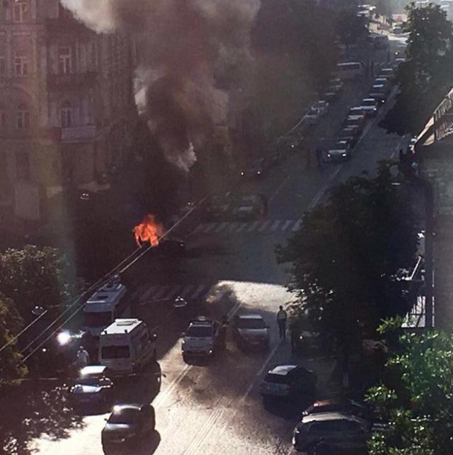 Sau tiếng nổ, chiếc xe bốc cháy. (Ảnh: Twitter)