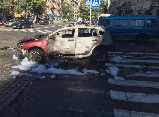 Chiếc xe bị cháy chỉ còn trơ khung. (Ảnh: Twitter)