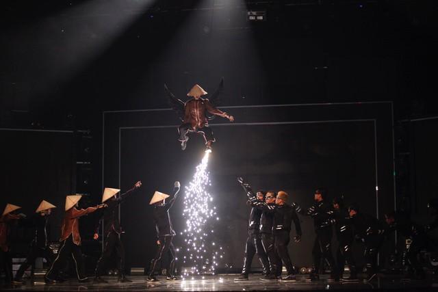 Nhóm nhảy 218 cũng có màn diễn Ký ức đầy ấn tượng với hai hình ảnh tương phản là hình ảnh nón lá và hình ảnh hiện đại.