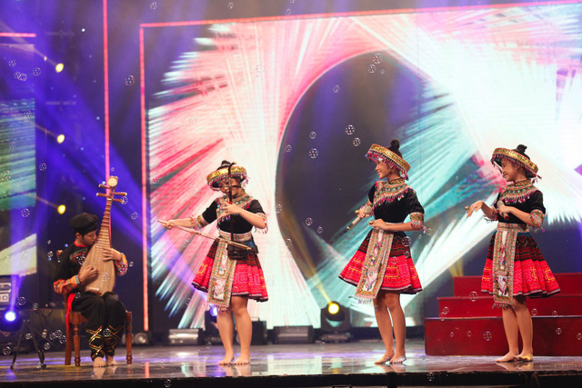 Nhóm Bốn chị em - cựu thành viên của Vietnams Got Talent - trở lại sân khấu chương trình trong một tiết mục trình diễn nhạc cụ kết hợp với hát, trong đó có phần đọc rap trẻ trung.