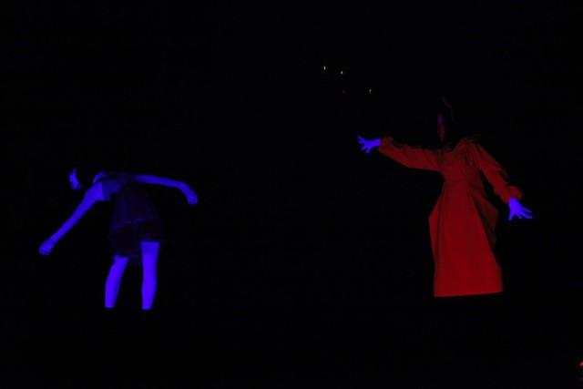 Nhóm Bồ Công Anh mang đến màn trình diễn thú vị với hiệu ứng đèn UV và trang phục dạ quang.