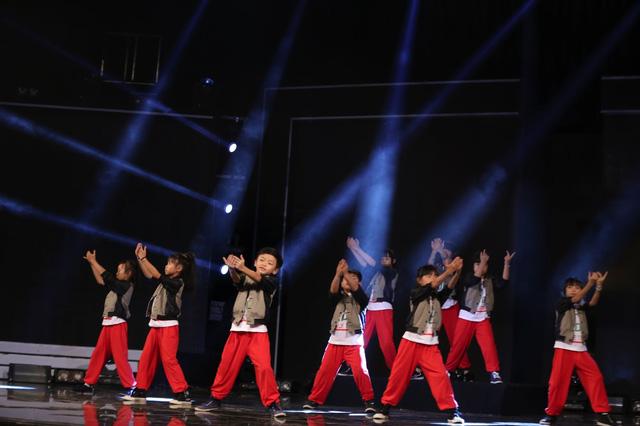 Nhóm CC Kids hứa hẹn sẽ mang đến không khí sôi động với bài nhảy trên nền nhạc Việt Nam kết hợp với nhạc nước ngoài remix.