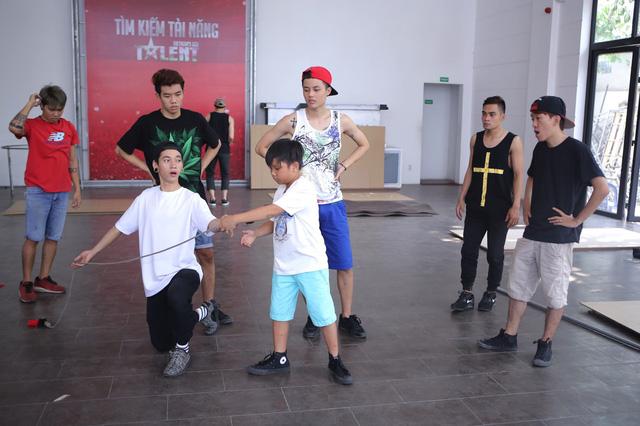 Trong khi đó, nhóm nhảy OXY cũng mải miết tập luyện cho đêm bán kết đầu tiên.
