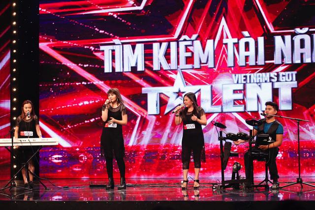 Nhóm nhạc gia đình P4 đến từ Philippines được các giám khảo đánh giá khá cao về giọng hát lẫn kỹ năng trình diễn.