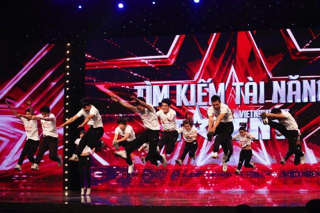 Nhóm nhảy cổ vũ Red Ants Squad chinh phục Ban giám khảo bằng những cú lộn nhào, tung người đẹp mắt.