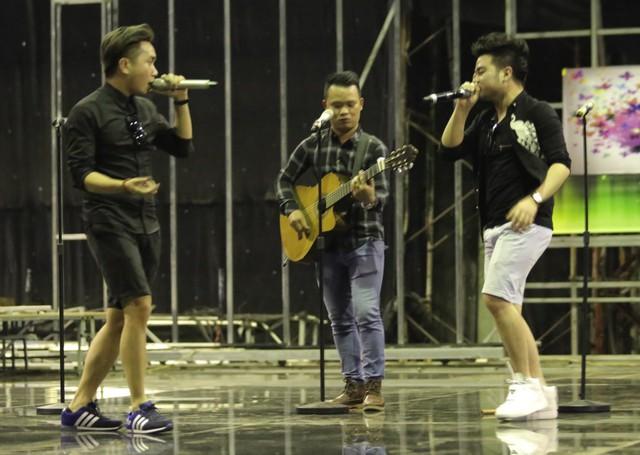 Ba chàng trai nhóm The Heaven tập trung chuẩn bị cho đêm bán kết.