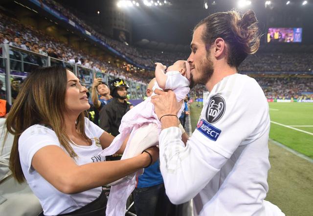 Bale ăn mừng chức vô địch Champions League 2015/16 với Emma và con út Nava Valentine.