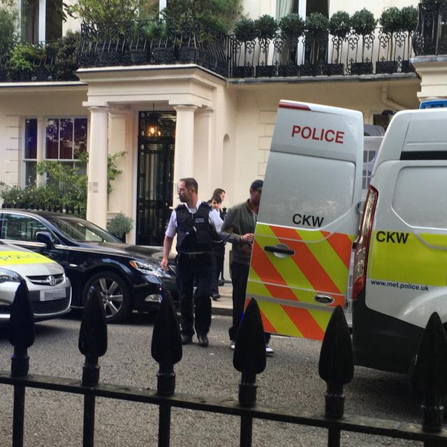 Khi bị vệ sĩ của Mourinho khống chế, tên trộm biết không còn đường thoát thân và bình tĩnh ngồi hút thuốc trong khi chờ cảnh sát đến - một nhân chứng chia sẻ.