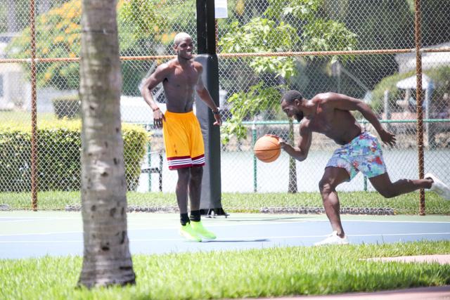 Lukaku và Paul Pogba chơi bóng rổ dưới cái nóng của Miami, Mỹ.