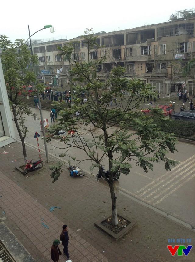 Hiện trường xảy ra vụ nổ, thi thể của một nạn nhân nằm ở giữa đường Lê Trọng Tấn.