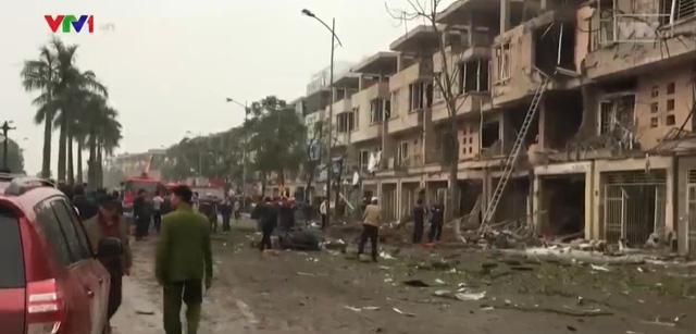 Trước cửa căn nhà người đàn ông được cho là cưa bình khí gây ra vụ nổ.