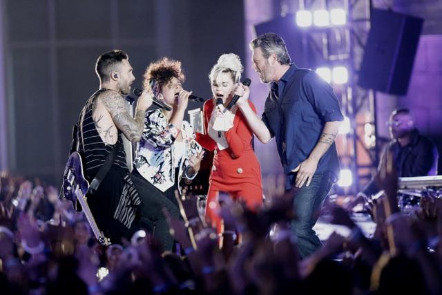 Màn biểu diễn được mở đầu với phần đệm piano của Alicia Keys và màn biểu diễn guitar điện đầy máu lửa của Adam Levine. Không khí ngày càng trở nên cuồng nhiệt khi 2 ca sĩ Blake Shelton và Miley Cyrus cất giọng hát đầy nội lực.