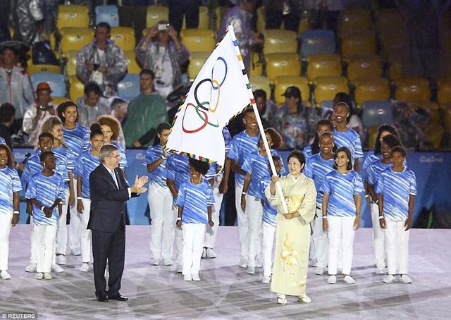 Cờ Olympic được trao cho đại diện của Nhật Bản - Chủ nhà Olympic 2020