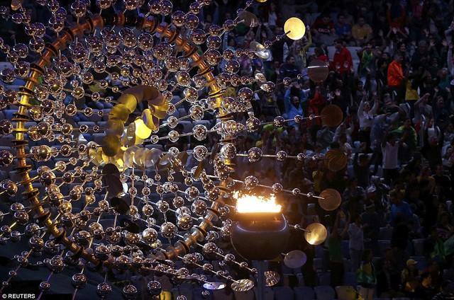 Ngọn đuốc Olympic Rio 2016 đang cháy những phúc cuối cùng