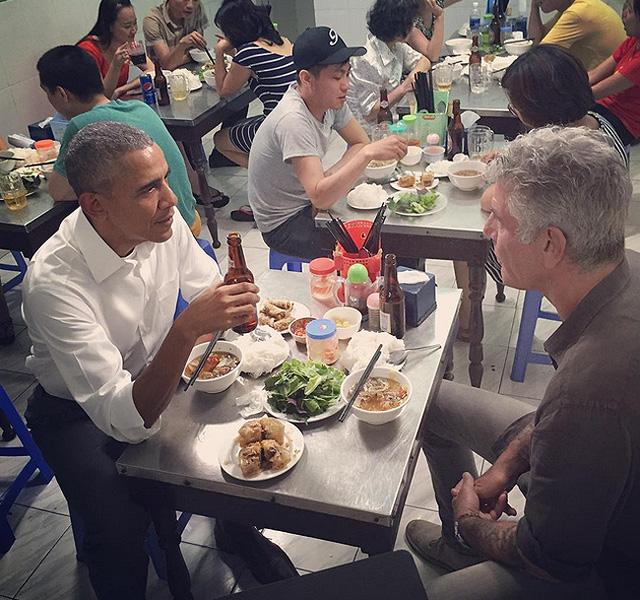 Bức ảnh dùng bữa tối với món bún chả đã được đầu bếp Anthony Bourdain chia sẻ trên trang mạng xã hội Instagram của ông. Và cho đến thời điểm này, bức ảnh đã nhận được 160.000 lượt người bấm yêu thích.