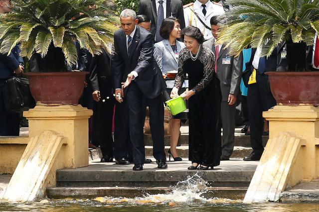 Tổng thống Obama và Chủ tịch Quốc hội Nguyễn Thị Kim Ngân tại ao cá Bác Hồ.