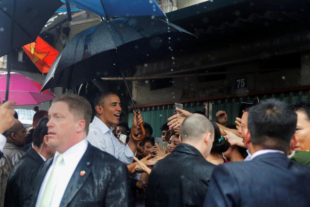 Tổng thống Mỹ gặp gỡ người dân khu vực Mễ Trì trước khi rời Hà Nội vào TP.HCM tiếp tục chuyến công du.