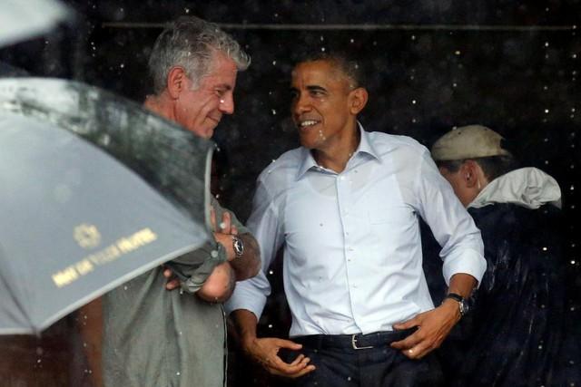 Tổng thống Obama và đầu bếp Anthony Bourdain trú mưa.