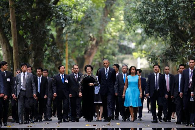 Chủ tịch Quốc hội Nguyễn Thị Kim Ngân đón tiếp Tổng thống Obama tham quan Nhà sàn Bác Hồ.