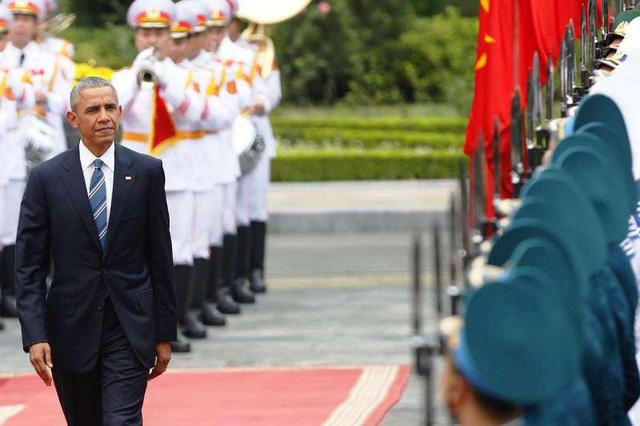Tổng thống Barack Obama duyệt đội danh dự trong buổi lễ tiếp đón tại Phủ Chủ tịch ngày 23/5.