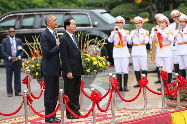 Tổng thống Obama và Chủ tịch nước Trần Đại Quang trong lễ chào cờ.